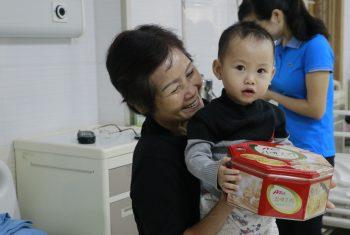 Hệ thống Siêu thị HungVuong Mart tặng quà cho các bé đang điều trị tại khoa Nhi – BVĐK Hùng Vương